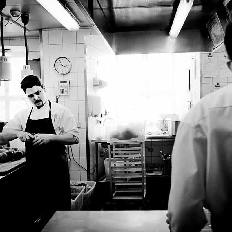 kok i køkkenet