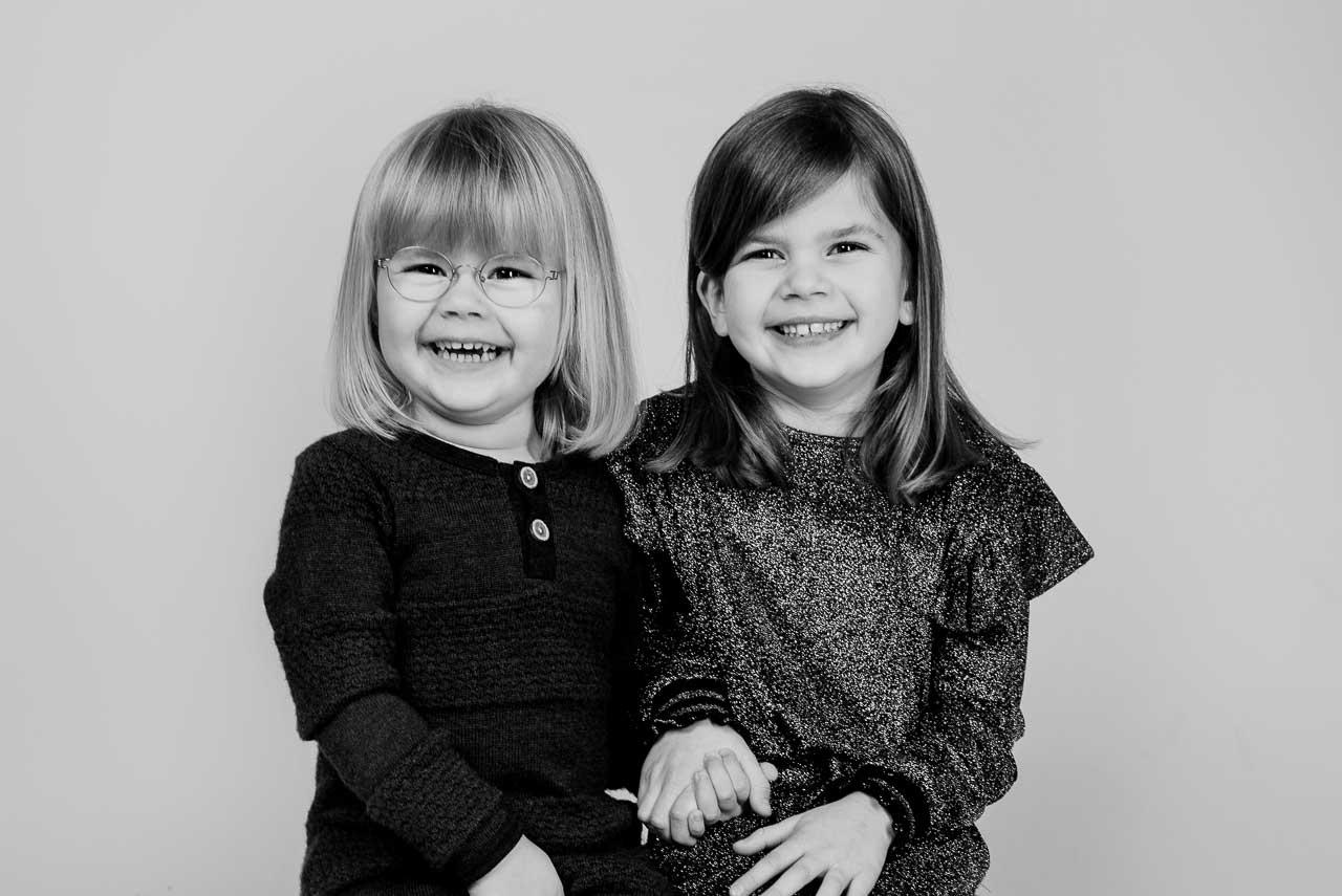 Fotografering af Familie og gruppe  Overvejer i at få lavet et godt familie foto eller et større gruppefoto er fætre kusiner etc, så er det klart en perfekt gaveidé. En del får lavet et billede af hele familien, med deres søskende, eller forældre og bedsteforældre, måske gamle klassekamerater, eller de gamle fodboldvenner, kun fantasien sætter grænserne.